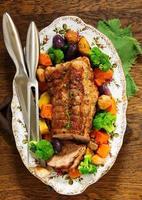 porco assado com legumes e especiarias.