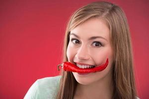 linda garota em fundo vermelho foto