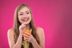 linda garota em fundo rosa foto