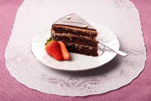 bolo de chocolate no prato foto