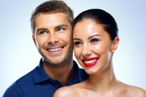 jovem casal sorridente foto