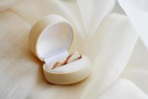 alianças de casamento em caixa de presente foto