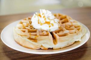 waffles sob a cobertura de caramelo foto