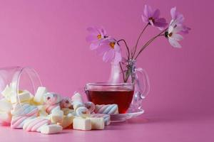 xícara de chá com marshmallow foto