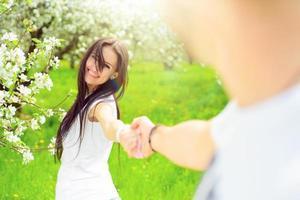 mulheres jovens felizes no jardim com flores de maçã foto