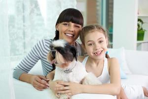 mãe, filha e animal de estimação foto