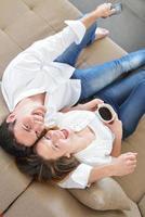 jovem casal relaxa em casa foto