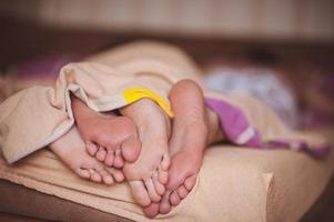casal descalço na cama sem rosto foto