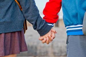 jovem lindo casal elegante apaixonado de mãos dadas foto
