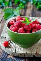 framboesas frescas em uma tigela foto