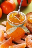 geléia de tangerina em frasco de vidro foto