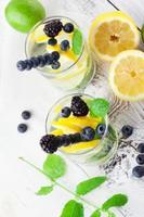 limonada em um copo com hortelã foto