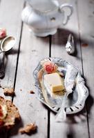 pão com manteiga, geléia e iogurte