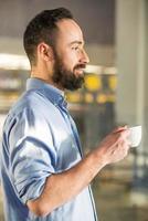 homem com café foto
