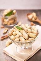 amendoim no recipiente foto