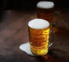 dois copos de cerveja foto