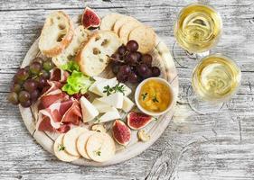 delicioso aperitivo para vinho foto