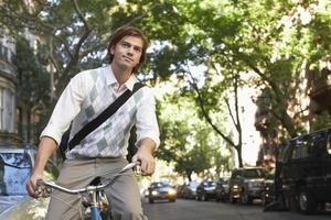 empresário andando de bicicleta em rua urbana