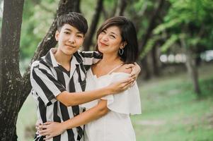 dois felizes casal asiático lgbt no parque