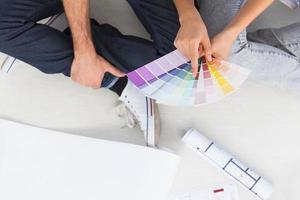 casal olhando tabelas de cores foto