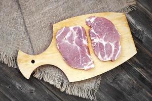 pedaços de carne crua