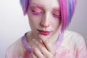 jovem com olhos e cabelos rosa, como uma boneca foto