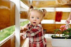 menina brincando na varanda foto