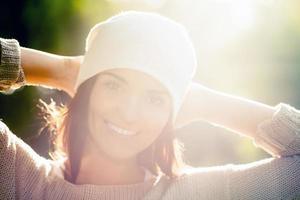 retrato de mulher jovem ao ar livre, luz suave do sol