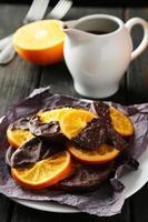 deliciosas fatias de chocolate recoberto de laranja no prato foto