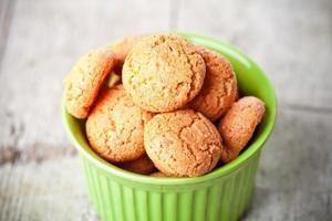 biscoitos de merengue com amêndoas na tigela foto