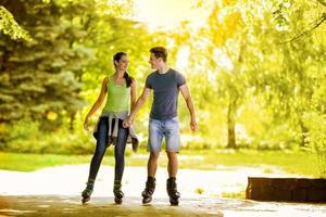 jovem casal patinando no parque