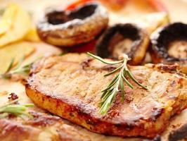 lombo frito e cogumelos grelhados foto