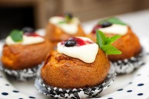 bolos com ricota, frutas vermelhas e hortelã foto