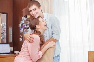 casal rindo alto foto