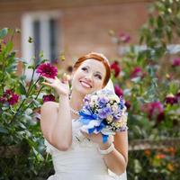 linda jovem noiva linda de cabelo vermelho se divertindo. foto