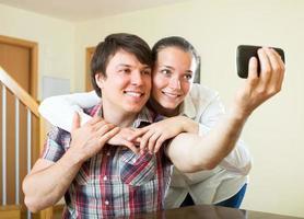 casal posando para uma selfie foto