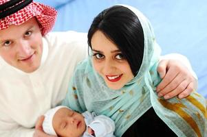 casal muçulmano árabe com novo bebê em casa foto