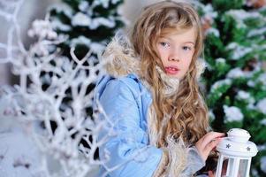 garota em decorações de natal foto