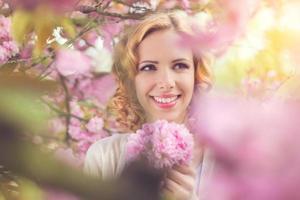 linda mulher no jardim primavera foto