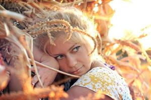 jovem em palheiro de milho foto