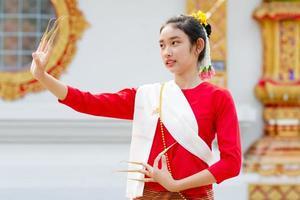 dança tailandesa em traje tradicional foto