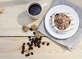 merengues brancos com listras de chocolate marrom foto