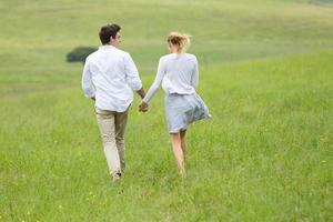 retrovisor de casal correndo ao ar livre foto