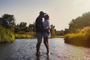 casal apaixonado ao ar livre. foto