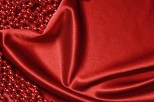cortina de cetim vermelho e miçangas foto