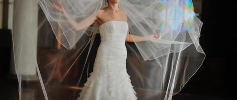 linda noiva com véu longo. foto