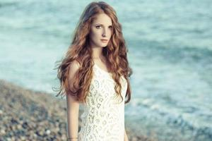 linda mulher com cabelo ruivo no mar