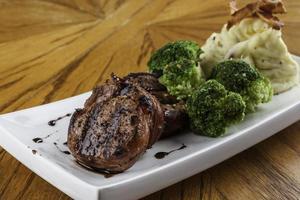 lombo de porco com purê de batata e brócolis foto