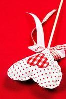 dia dos namorados lindo coração sobre fundo vermelho com copyspace. v foto