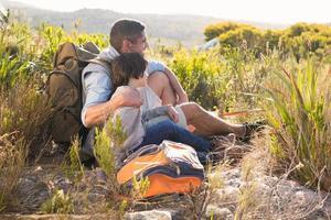 pai e filho caminhando nas montanhas foto